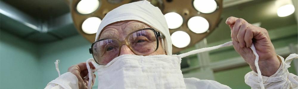 Alla Ilynichna Levushkina, la chirurga più anziana del mondo