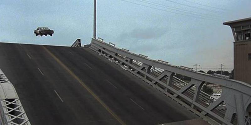 Prova a saltare il ponte levatoio russo in auto