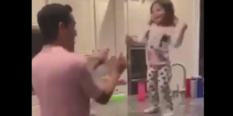 Papà torna da lavoro e quello che fa con la figlia è dolcissimo