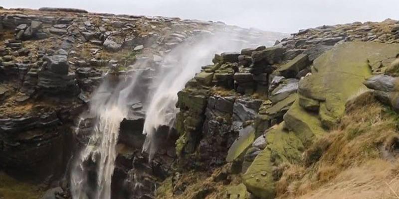 cascata in Scozia che scorre al contrario