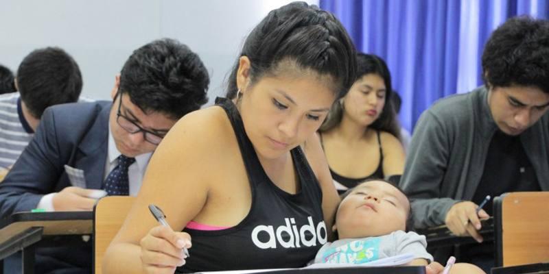 Karla Méndez Mejía va all'esame di ammissione all'università con il figlio in braccio