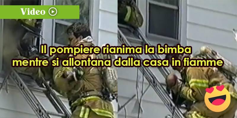 Rianima la bimba mentre si allontana dalla casa in fiamme
