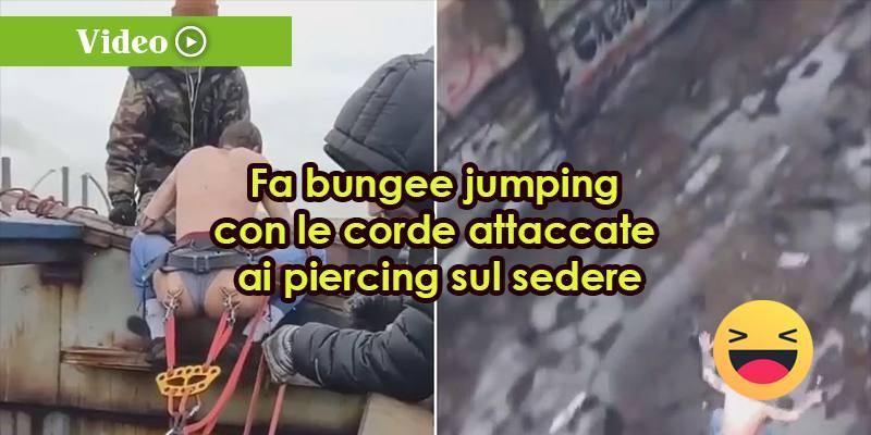 Fa bungee jumping con le corde attaccate ai piercing sul sedere