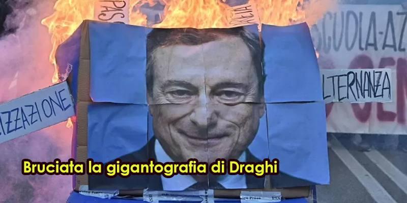 Bruciata la gigantografia di Draghi dagli studenti a Torino